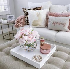 Awesome Tips On Choosing A Sofa For Your Living Room the Story - homeuntold Table Decor Living Room, New Living Room, My New Room, Decorating Coffee Tables, Deco Table, Home And Deco, Home Decor Accessories, Apartment Living, Family Room