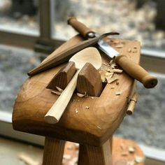 Check the variety of wood sculpting tools and spoon carving whittling tools and green woodworking tools. Wooden Spoon Carving, Carved Spoons, Wood Carving Tools, Wood Spoon, Wood Tools, Green Woodworking, Woodworking Bench, Woodworking Projects, Woodworking Shop