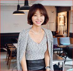 임블리머리 단발머리 c컬펌 Bob Hairstyles, Korean Fashion, Short Hair Styles, Hair Cuts, Hair Beauty, Medium, Blouse, Clothes, Women