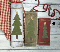 42 Super Ideas For Primitive Wood Crafts Barn Boards Christmas Trees Christmas Wooden Signs, Pallet Christmas Tree, Christmas Wood Crafts, Little Christmas Trees, Christmas Mantels, Rustic Christmas, Holiday Crafts, Vintage Christmas, Christmas Decorations