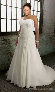 Plus size #weddingdress - Find more like this at http://www.myweddingconcierge.com.au