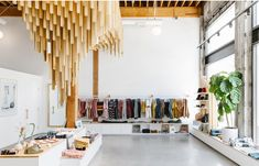 Banks Journal Flagship Store in LA. The perfect blend of clean and minimal aesthetics with natural materials. Boutique San Francisco, Visual Merchandising, Illustration Simple, Layout, Brick And Mortar, Shop Window Displays, Display Screen, Barndominium, Retail Space
