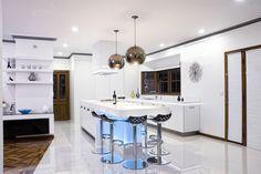 wohnideen moderne küche weiß pendelleuchten unterbauleuchten