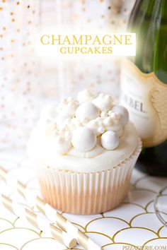 Also an idea for decorating-- Bubbly Champagne Cupcakes ~ Champagne flavored cupcake with champagne buttercream frosting . The perfect New Year's Eve dessert Cupcakes Lindos, Fun Cupcakes, Cupcake Cakes, Flavored Cupcakes, Wedding Cupcakes, Just Desserts, Delicious Desserts, Yummy Food, Cupcake Recipes