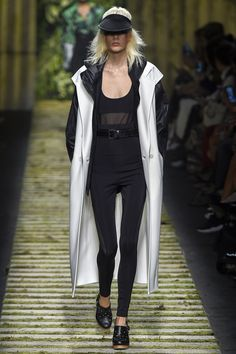 Max Mara Spring 2017 Ready-to-Wear Fashion Show - Marjan Jonkman