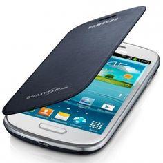 Etui typu notebook, wykonane z wysokiej jakości materiałów syntetycznych, przeznaczone do Samsung Galaxy S III Mini. Przedni panel pomaga ochraniać wyświetlacz przed zarysowaniami i zabrudzeniami. Tylna klapka zastępuje standardową pokrywę baterii.  Specjalnie stworzony otwór, umożliwia rozmowę nawet wtedy, kiedy etui jest zamknięte. Również naładowanie urządzenia nie wymaga zdejmowania futerału.  Produkt w kolorze niebieskim