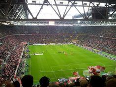 Tijdens een voetbalreis naar Düsseldorf kun je de Esprit Arena bezoeken. Het kleurrijke voetbalstadion is de thuishaven van Fortuna Düsseldorf. De club is eindelijk weer terug op het oude niveau en doet het naar behoren.  Tijdens een voetbalweekend in Düsseldorf kun je goed uitgaan in het oudere gedeelte van de voetbalstad. Dit wordt ook wel de ''Altstadt'' genoemd. Wij kunnen je garanderen dat een voetbalweekend in Düsseldorf het meer dan waard is!   Foto: Pixabay Hotels, Nightclub, Porches, Borussia Dortmund