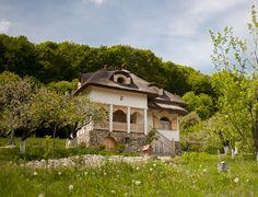 Minunăție de casă în zona Câmpulung | Adela Pârvu - Interior design blogger Romania, Gazebo, Outdoor Structures, Cabin, Mansions, Interior Design, House Styles, Places, Image