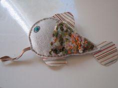 petit poisson/grigri à suspendre (berceau, meuble, tiroir..) #broderie: pose de paillettes en écaille