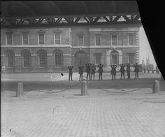 IRA prisoners taken after the Custom House raid Ireland 1916, Dublin Ireland, Old Pictures, Old Photos, Old Irish, Old Photographs, Emerald Isle, Easter Rising, Louvre