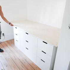 DIY hoogslaper met IKEA NORDLI kasten Ikea Bedroom, Small Room Bedroom, Trendy Bedroom, Diy Bedroom Decor, Decor Room, Murphy-bett Ikea, Ikea Hack, Nordli Ikea, Ikea Kids Bed