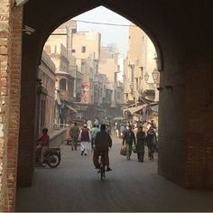 This is What Life Within the Walled City of Lahore is Like Jaipur Travel, India Travel, Peshawar Pakistan, Pakistan Photos, Fantasy Town, Amazing India, Walled City, Old Street, Amritsar