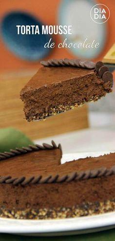 Torta Mousse de Chocolate perfeita para fazer uma sobremesa rápida e deliciosa com bastante chocolate. Receita básica de Torta Mousse de Chocolate. Com gotas de chocolate e pedaços.