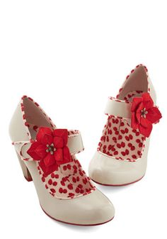 Much like an invigorating breath of floral fragrance, you feel fresh and full of life when you don these blossom-embellished, ivory heels. Look Ashley! Pretty Shoes, Beautiful Shoes, Cute Shoes, Me Too Shoes, Dream Shoes, Crazy Shoes, Vintage Heels, Retro Vintage, Vintage Style