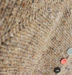 Knapnok i Geilsk tweed. Den har været taskestrik og længe undervejs, da den ikke er særligtophidsendeat strikke, og fordi der er ...