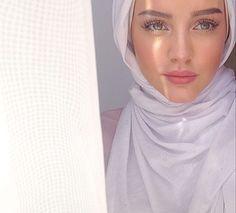 Muslim Fashion 359936195218580161 - girl, hijab, and arab image Source by keberahmatagmai Modest Fashion Hijab, Modern Hijab Fashion, Muslim Fashion, Hijab Elegante, Hijab Chic, Beautiful Muslim Women, Beautiful Hijab, Hijabi Girl, Girl Hijab
