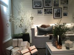 What a lovely evening at celebrating their birthday. I love their room set in their entrance. A warm and cosy White Christmas.