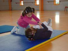 jeux d'opposition - suite - Le blog de delphine Delphine, Bean Bag Chair, Blog, Kids Rugs, School, Physical Education Activities, Gym, Athlete, Kid Friendly Rugs