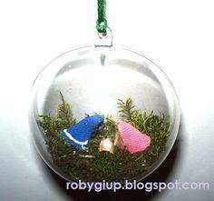 Christmas DIY: mini crib inside a clear ball ornament, full tutorial! - RobyGiup handmade #tutorial #DIY