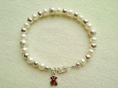 Código: PC010 Pulsera de perlas de río con acabados en plata 950. Dije Referencial