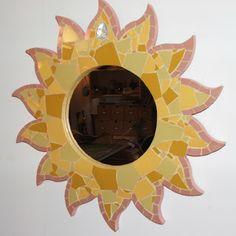création d'un miroir jaune en mosaïque de créateur en forme de soleil en faïence et pâte de verre par séverine peugniez
