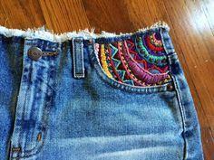 Umas calças jeans simples podemtransformar-se numa peça única quando aplicamos um bordado. Mesmo que seja um bordado simples! Alguma...