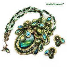 Zielone Elfie listeczki - subtelne niewielkie kolczyki sztyfciki sutaszowe soutache - Biżuteria - DecoBazaar