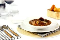 Cómo hacer alubias negras con costilla en Crock Pot o slow cooker. Receta paso a paso. Descubre más recetas de legumbres cocinadas en olla de cocción lenta.
