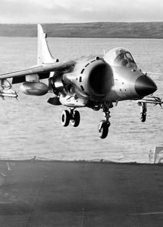 fnhfal:  Harrier jet during the Falklands War.