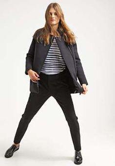 Going black this winter? Misschien wel met deze Gertrude Madleine kwaliteit winterjas.. Met 40% korting nu te koop bij Aldoor! #uitverkoop #damesmode #winterjassen #korting #mode Om, Black Jeans, Pants, Fashion, Trouser Pants, Moda, Fashion Styles, Black Denim Jeans, Women's Pants
