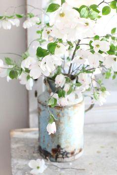Witte bloemen in brocante vaas