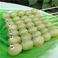 Love these green grape catapillers, super healthy and so easy to prepare. Perfect for a bug theme birthday party.
