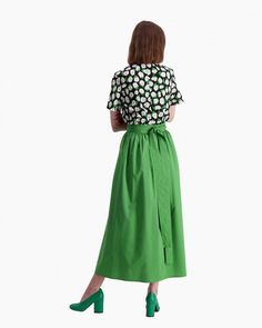 The Suuruus wrap skirt is made of green cotton poplin and it has a wide waistband, which continues into long ribbons that are used to tie the skirt to the waist. The gatherings that are sewn into the waistband give the skirt a full A-line cut to the hemli Normal Body, African Textiles, Japanese Patterns, Marimekko, Long Toes, Green Cotton, Aesthetic Clothes, Poplin, Midi Skirt