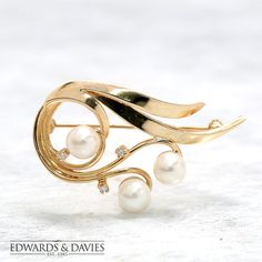 This is a circa 1940s antique brooch pin made from 14k gold with diamonds and cultured pearls. Item Description:  Metal: 14k gold 3 Round brilliant-cut diamonds equaling approximately .06ct, VS-2 clarity and F colour 3 - 6.5mm cultured pearls Weight: 7.93 grams Measurements: 27 x 44mm Condition: Very Good Options:  Vintage or antique items will show signs of wear. We can polish the gold at your request, free of charge. This is purely a preference. Some people prefer to have vintage items…