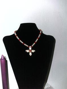 collar en perlas crema y rojo-naranja con cruz dorada con perlas crema y rojo-naranja terminaciones doradas.