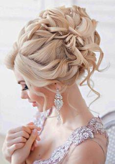 braut mit blonden haaren und wunderchöner hochzeitsfrisur