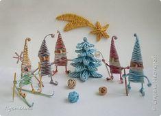 Gnomos de papel periodico para navidad tutorial Easy Christmas Decorations, Holiday Crafts, Christmas Crafts, Christmas Ornaments, Newspaper Basket, Newspaper Crafts, Paper Weaving, Weaving Art, Weaving Designs