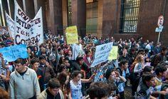 """O trânsito desta terça (19) em Buenos Aires ficou travado por causa das """"panelas populares"""", um modelo de manifestação em que os argentinos armam uma fogueira no meio da rua e cozinham mate na panela; foram cem protestos realizados durante o dia em diversos pontos e diferentes horários, das 7h às 20h, sempre bloqueando ao menos uma parte de uma via da cidade; os manifestantes criticavam a política econômica do presidente Mauricio Macri, que desencadeou uma inflação de 29% nos seis primeiros…"""