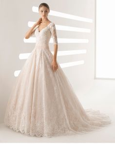 Abito da sposa stile principessa in pizzo con strass con maniche lunghe e scollo a V, colore rosé e naturale con schiena coperta. Collezione 2018 Rosa Clará.