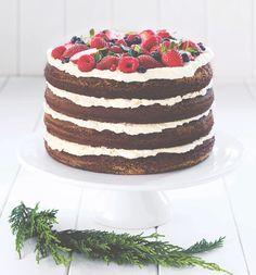 La ricetta è facile e il successo è assicurato con questa spettacolare naked cake al cioccolato: 4 strati di torta, panna e frutti di bosco - che aspettate?