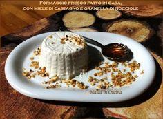 Formaggio fresco fatto in casa, con miele di castagno e granella di nocciole