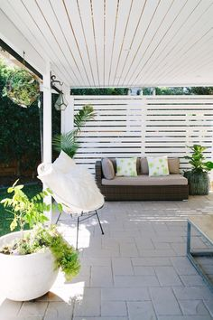 A hardwood outdoor screen matches the slatted ceiling over the outdoor area at this modern home in Brisbane Photography Josette Van Zutphen Story homes Outdoor Screens, Outdoor Blinds, Pergola Screens, Patio Blinds, Pergola Roof, Outdoor Areas, Outdoor Rooms, Outdoor Patios, Outdoor Pergola