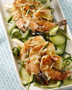 Een heerlijke originele brochette voor op de barbecue, deze scampibrochette met citroengras en frisse komkommer-en courgettelinten bij.