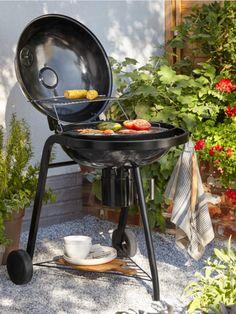 Aménager un petit jardin ou une terrasse c'est possible, et ça commence par un barbecue qui s'adapte à tous les extérieurs. #castorama #inspiration #decoration #ideedeco #tendancedeco #jardin #exterieur #amenagement #tapis #vegetal #fauteuil #barbecue #terrasse