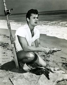 Tony Curtis on the beach while enjoying the sea-life by ripping it from the water with his fishing pole. Hollywood Actor, Classic Hollywood, Old Hollywood, Hollywood Stars, Tony Curtis, Janet Leigh, Jamie Lee, Gene Kelly, Famous People