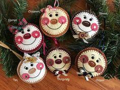 Christmas Card Crafts, Handmade Christmas, Felt Keyring, How To Make Snowflakes, Softie Pattern, Felt Patterns, Xmas Ornaments, Felt Crafts, Creations