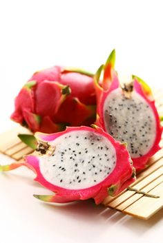 Pitaya - You see a amazing contrast in the nature from this fruit! an other name for this sort of fruit is ; Fruit And Veg, Fruits And Vegetables, Fresh Fruit, Eating Raw, Healthy Eating, Fruit Recipes, Healthy Recipes, Fruit Snacks, Delicious Recipes