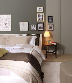 Una stanza da letto con parete color tortora