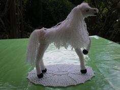 cheval réalisé au crochet, en coton blanc : Animaux fait main @ cococreation Très élégant cheval blanc, réalisé entièrement au crochet Matériaux utilisés: Coton Ce cheval blanc est dans la culture humaine, au centre de nombreux mythes, de légendes, de...