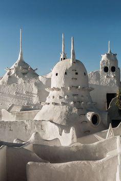 Entre palais fantôme et folie visionnaire, Casapueblo déroule sa blancheur fantasque en Uruguay, face au bleu de l'Atlantique. Une œuvre-hôtel signée Carlos Paez Vilaro © Matthieu Salvaing